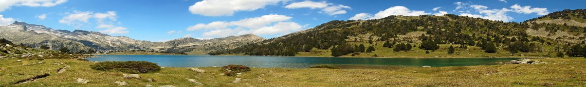 Panoramic_view_of_high_mountain_lake_scene